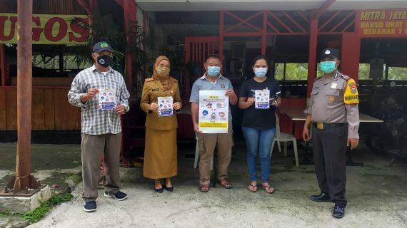 Sambang Kelompok penjual jagung, Anggota Bhabinkamtibmas Kel Songgokerto bagikan stiker dan masker