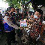 TNI-Polri dan Pemerintah Beri Bantuan Sembako Secara Humanis Kepada Masyarakat di Jatim